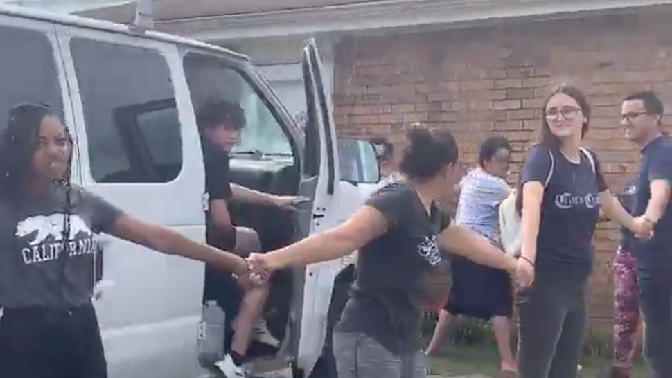 Neighbors stop ICE from arresting a member of their community